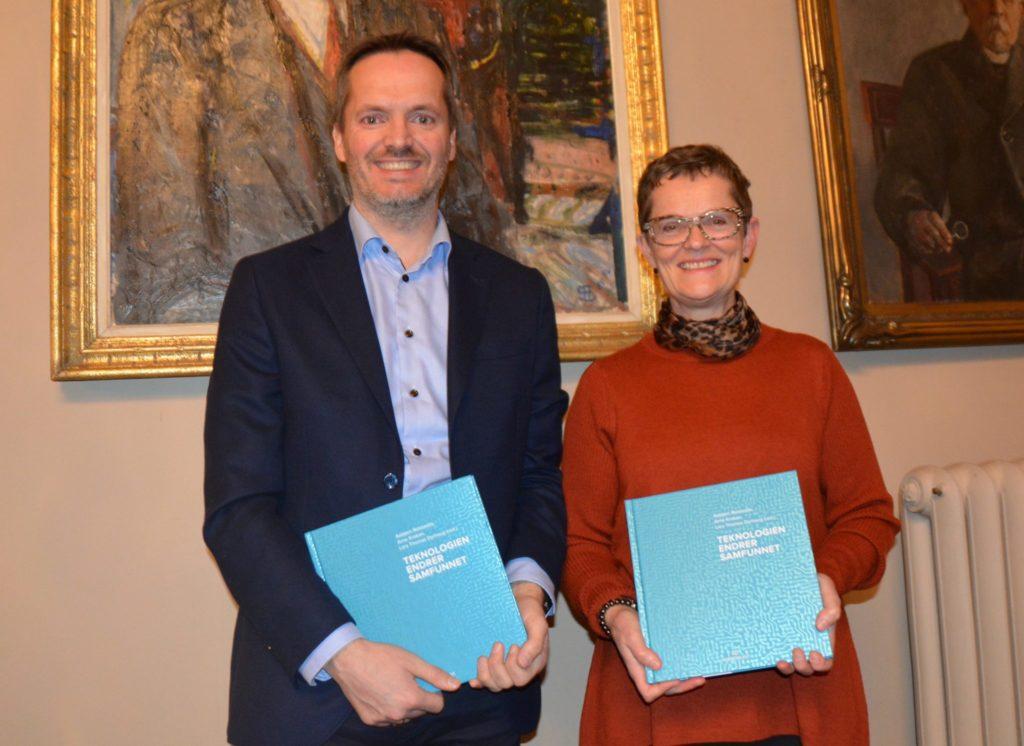 Arild Gustavsen og Gerd Kjølle med NTVAs nye bok Teknologien endrer samfunnet.