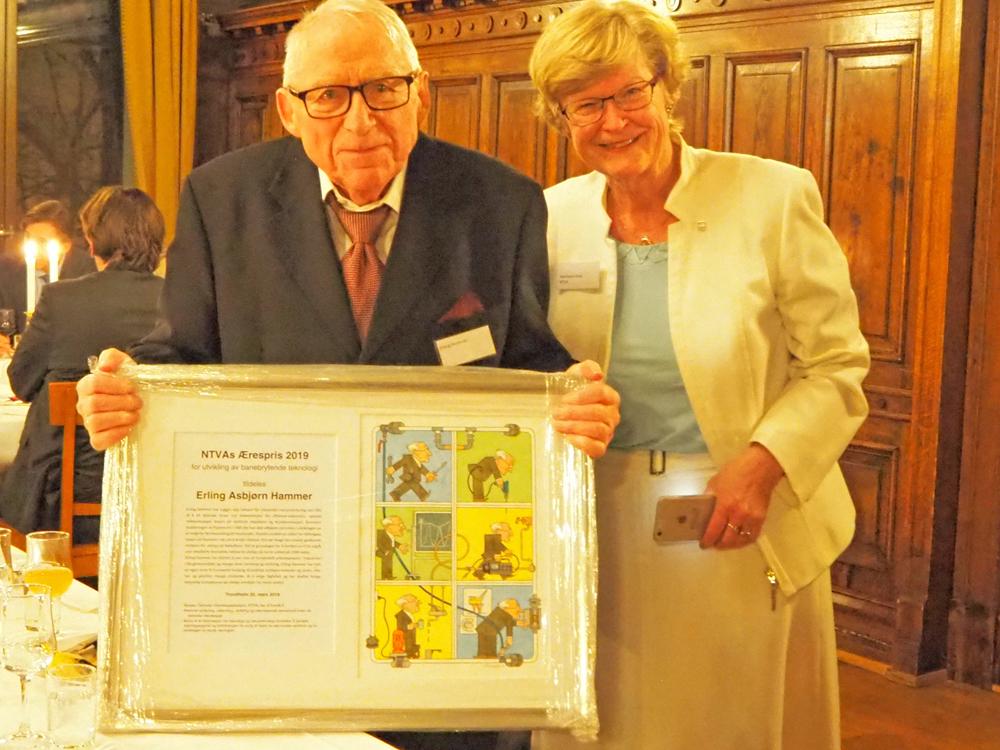 Erling Hammer sammen med lederen for ærespriskomiteen Marianne Harg