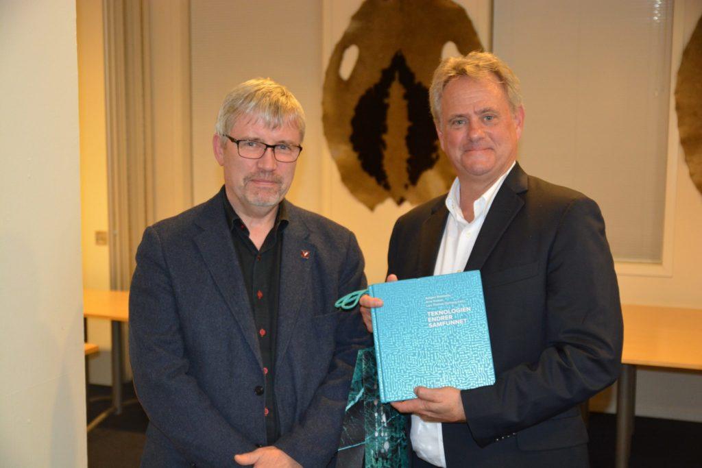 Geir Anton Johansen, leder for NTVAs programkomite i Bergen til venstre og professor James Lorens til høyre