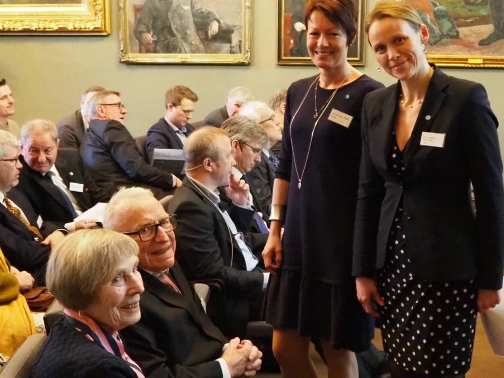 Lise Lyngsnes Randeberg som er president i Tekna (til v.) og generalsekretær Line Henriette Holten gratulerer prisvinneren Erling Hammer og hans kone Ingrid Hammer