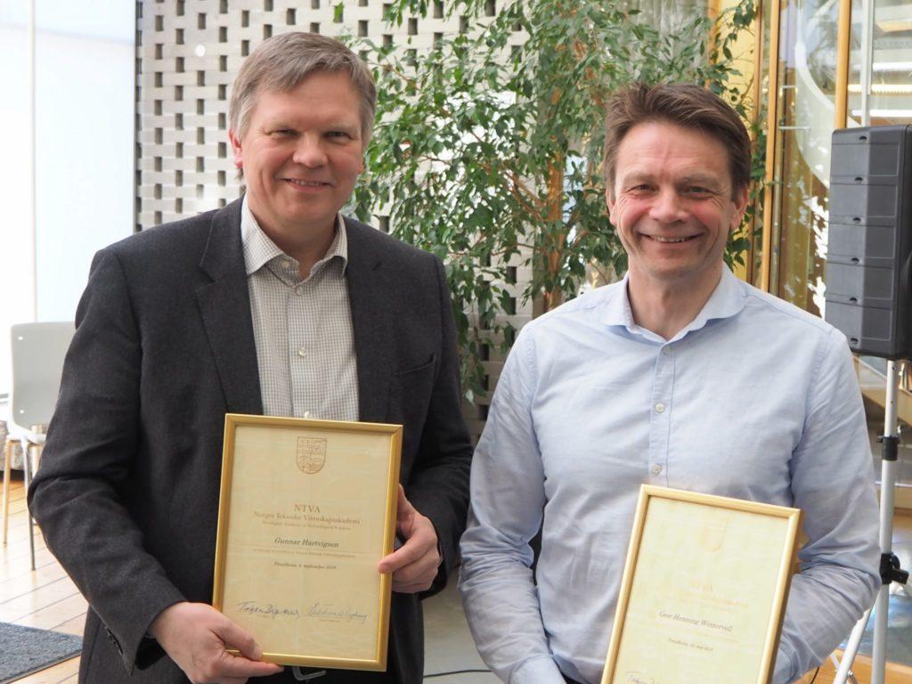 Gunnar Hartvigsen (til venstre) og Geir Henning Wintervoll mottok diplom og nål som nye medlemmer av NTVA
