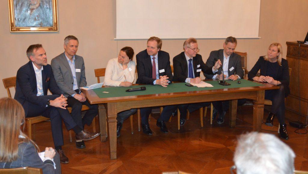 Plenumsdiskusjon med innlederne i panelet.
