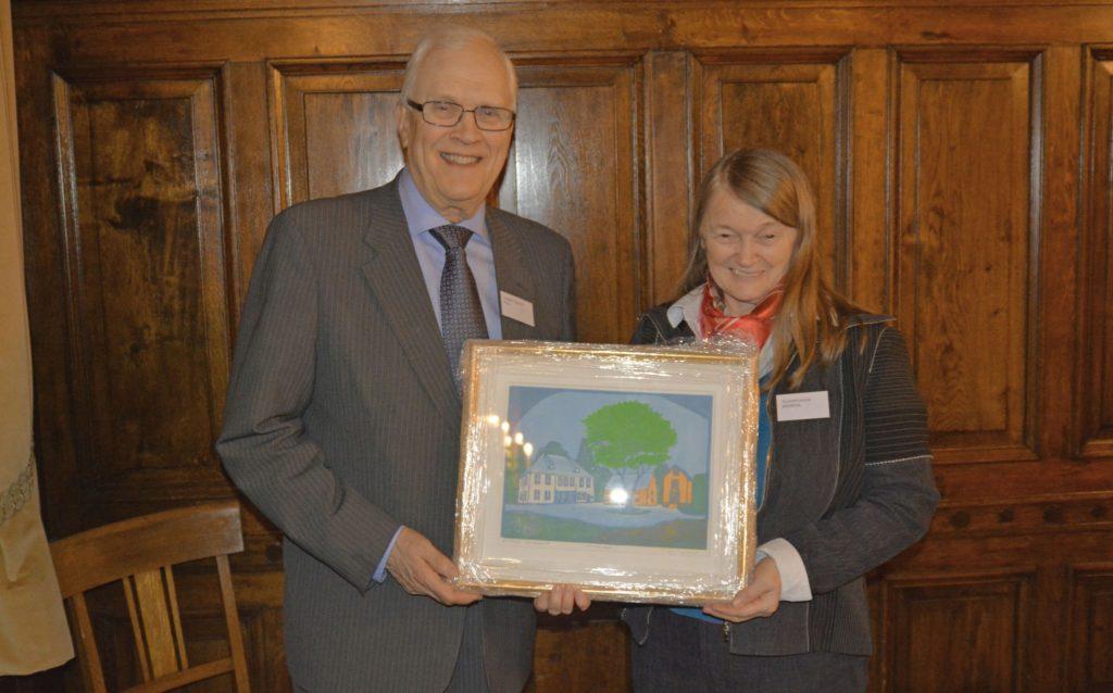 Suzanne Lacasse får overrakt et grafisk trykk av Lerkendal gård av president Torbjørn Digernes